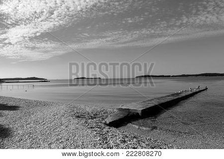 Panorama plage avec ponton en bois à Fazana en Croatie