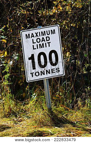 A while Maximum Load Limit 100 Tonnes sign.
