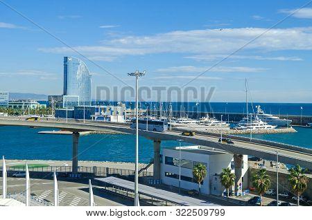 Barcelona, Spain - November 10, 2018: Port Vell With Its Cruise Terminal, Marina, Bascule Bridge Por