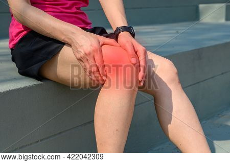 Close Up Of Woman Runner Suffering From Iliotibial Band Syndrome (itb). It Cause From Overuse Injury