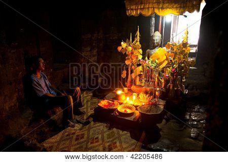 SIEM REAP, Kambodža - DEC 13: Obětní oltář v antické ruiny Ta Prohm v Angkor Wat,