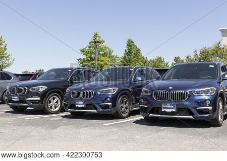 Indianapolis - Circa May 2021: Carmax Auto Dealership Bmw Display. Carmax Is The Largest Used And Pr