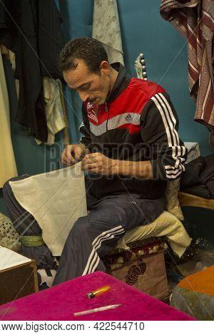 Meknes, Morocco. 22 September 2017. Weaver At Work In Meknes, Morocco.