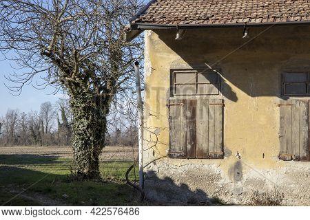 Robecco Sul Naviglio ( Mi ), Italy - April 01, 2021: Rrural House At Robecco Sul Naviglio, Milano, L