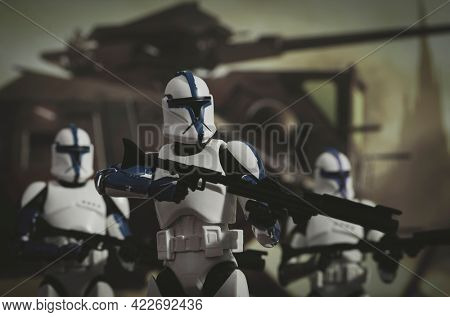 JUNE 1 2021: Star Wars phase 1 clone troopers with battle tank - Hasbro action figures