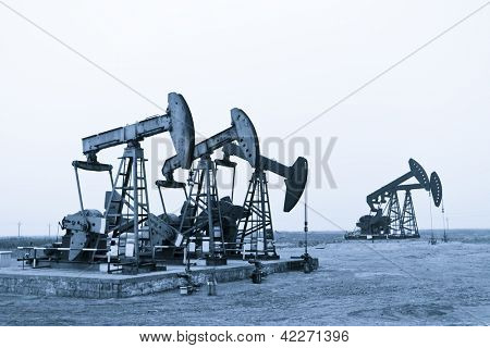 Working oil pumps at prairie