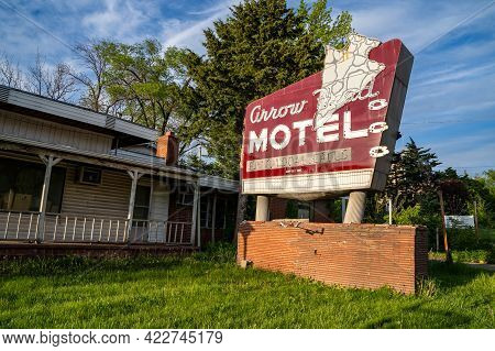 Columbia, Missouri - May 4, 2021: Old Classic Neon Sign For The Arrowhead Motel, Now Abandoned