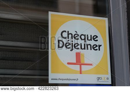 Bordeaux , Aquitaine France - 06 01 2021 : Cheque Dejeuner Logo Brand And Text Sign On Entrance Wind