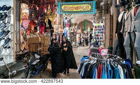 Isfahan, Iran - May 2019: Iranian Ancient Isfahan Grand Bazaar, Market Full Of Carpet Or Souvenir Sh