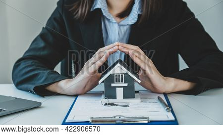Hand A Real Estate Agent, Prevent The Home Model And Explain The Business Contract, Rent, Buy, Mortg