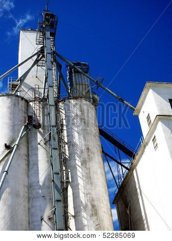 Tall grainery building storing grain and farm commodities
