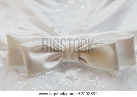 The bow white bride's wedding dress