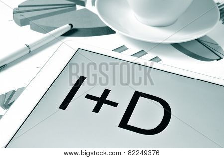 the text I plus D, investigacion y desarrollo, research and development in spanish in the screen of a tablet, on a desk with charts, in black and white