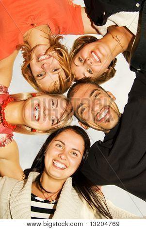 Group of happy Friends stehen im Kreis