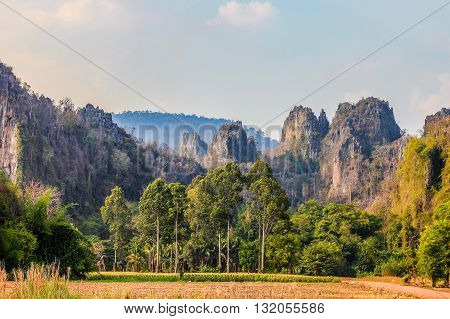 Mountain Ridge uneven A steep cliff There are gray and have a line of yellow-brown stains .