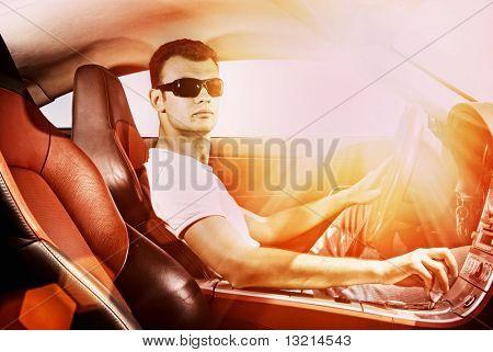 Handsome Young man moderne Sport-Steuerwagen