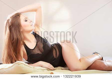 Posing girl with shapely hips. Putting the hand up.