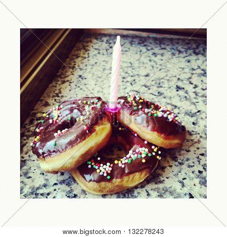 Donuts ricoperte di glassa al cioccolato e confettini