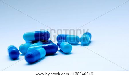 tablets, blue and blue, the blue background is similar to the sky, it is easier to breathe when it is healthy, pleasure, simplification, bright future