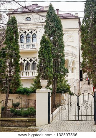 The White House for high thuja. Architecture and attractions of the city of Kislovodsk.