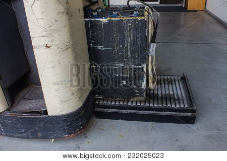 Recharging Electric For Forklift, Battery Charger And Conveyor