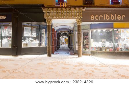 Bath, Uk - March 01 2018 The Corridor In Bath, In The Snow At Night. Shopping Arcade In Unesco World