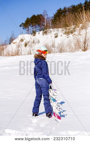 Photo From Back Of Sports Woman Standing With Snowboard Winter Day