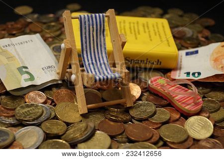 Holiday Money - The Costs Of Traveling - Vacation Is Expensive Today, So You Have To Save The Money