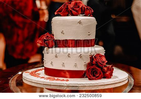 A Picture Of A Cake At A Wedding Party
