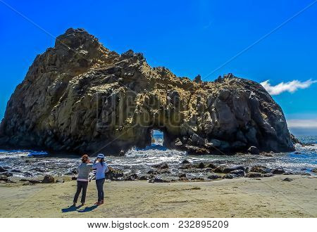 Napa Valley, Ca Usa - 08/06/2013 -  Tourists In Front Of Big Sur Rock Formation