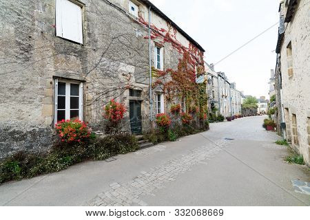 Street In Historic And Picturesque Village Of Rochefort-en-terre
