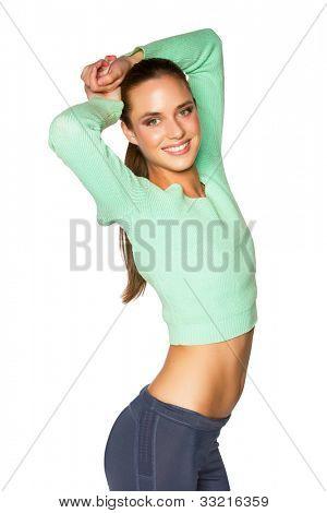 Junge gebräunte Frau in Sportkleidung posiert gegenüber dem weißen Hintergrund isoliert
