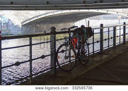 Fahrrad Allein Unter Einer Brücke In Deutschland