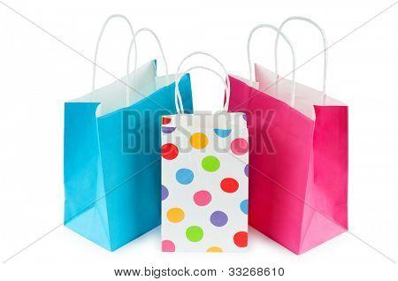 Bolsas de papel colorido aislados en blanco