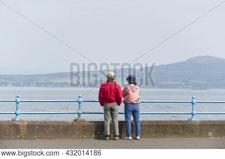 Greenock, Scotland, Uk, September 5th 2021, Couple Alone During Covid-19 Restrictions At Green Espla