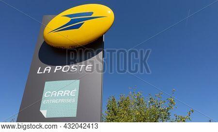 Libourne , Aquitaine  France - 08 30 2021 : La Poste Carre Entreprise French Post Logo Text And Bran