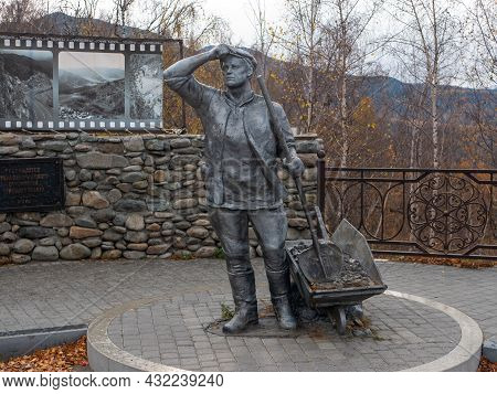 Chuysky Tract, Altai Republic, Russia - 15 October 2020: Monument To The Builders Of The Chuysky Tra
