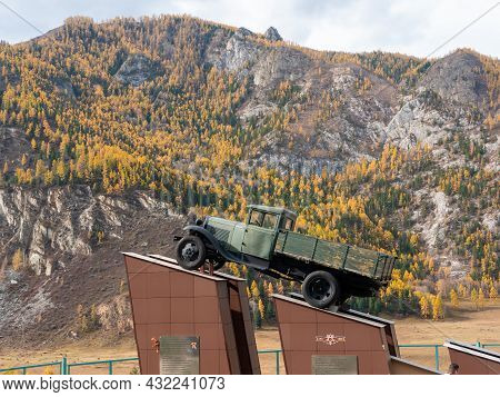 Chuysky Tract, Altai Republic, Russia - 15 October 2020: Autumn View Of The Altai Mountains And The