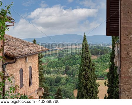 San Gimignano-siena, Italy - August 2021: Rural Landscape Seen From The Heights Of The Medieval Town