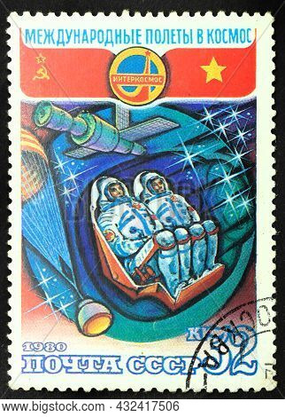 Ussr - Circa 1980: Postage Stamp 'descent Space Module' Printed In Ussr. Series: 'flight Into Space