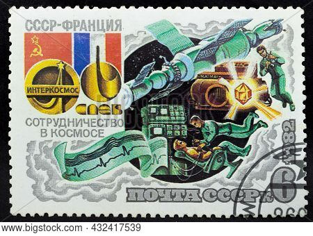 Ussr - Circa 1982: Postage Stamp 'medical Research' Printed In Ussr. Series: 'joint Soviet-french Sp