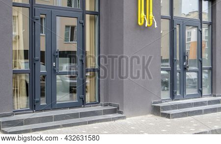 Commercial Space For A Shop Or Salon. Construction Primarily For Shops, Offices And Commercial Premi