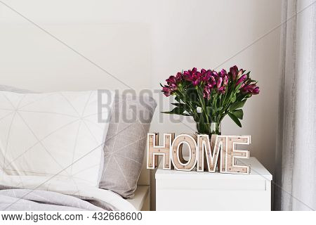 Bedroom Simple And Cozy Decor: Wooden