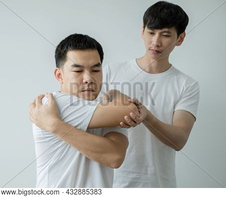 Female Physiotherapists Provide Assistance To Male Patients With Elbow Injuries Examine Patients In
