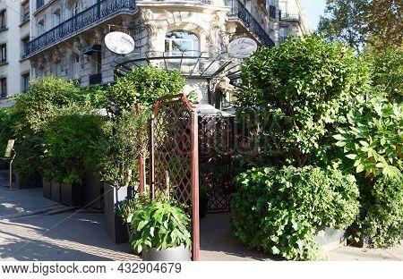 Paris, France-september 13 , 2021 : The Famous Cafe La Closerie Des Lilas Was Where The Intelligents