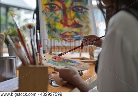 Cropped Image Of Young Beautiful Artist Girl Mixing An Oil Color At The Modern Studio. Art, Creative