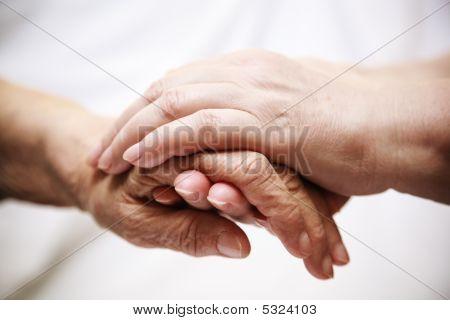 Adult helfende Senior im Krankenhaus