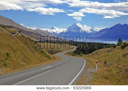The Road to Mount Cook / Aoraki, Mount Cook National Park, South Island New Zealand