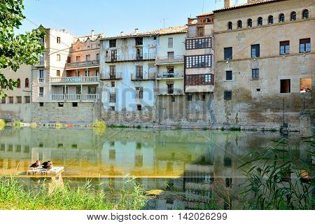 Vista desde la orilla del río Matarraña de Valderrobres, Teruel, Aragón, España