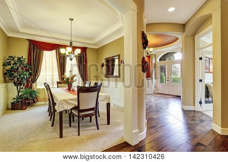 Amazing Dining Room Interior With Nice Curtains.